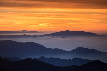ヘイズの明るくカラフルな高山の風景。ヒマラヤの高山パスで取得されます。