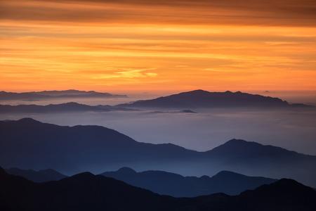 Helder en kleurrijke hoge berglandschap in de nevel. Gevangen bij de hoge bergpas in de Himalaya.