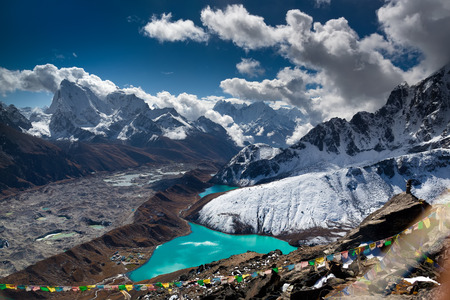 Beautiful turquoise lake high in the mountains. Nepal, Everest National Park. View from the Gokyo Peak 5,357 m. Standard-Bild