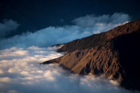 Boven de wolken aan de voet van de heuvels. Mooi uitzicht vanaf de top.