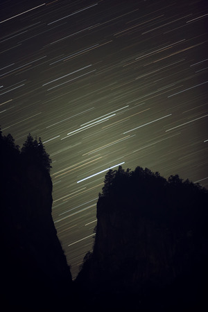 Star trails and the silhouetted hills. Banco de Imagens