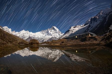 Start paden over de besneeuwde bergen in de buurt van het meer.