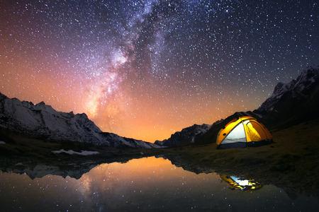 noche estrellada: 5 mil millones de Star Hotel. Camping en las montañas bajo el cielo estrellado. Foto de archivo