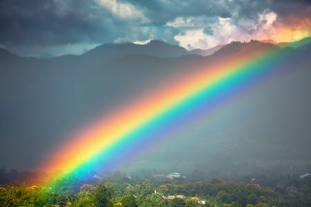Mooie heldere regenboog in de lucht na de zware regen.