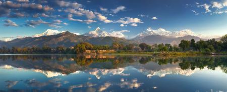 Ongelooflijke Himalaya. Panoramisch uitzicht vanaf de oever van het meer, aan de voet van de prachtige Annapurna bergketen. Stockfoto