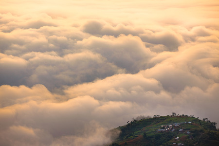 Uitzicht op zee van wolken rond een klein eiland van het land. Stockfoto