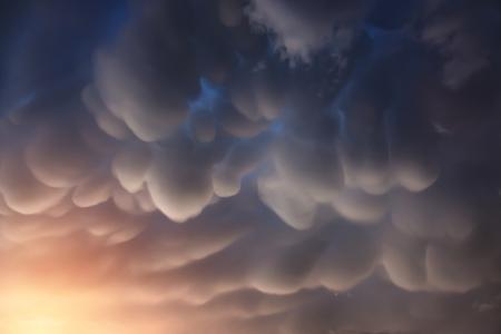 Mammatus wolken zijn buidel-achtige wolk structuren. Het is een vreemde en zeer zeldzame formaties van wolken in dalende lucht. Stockfoto