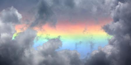 De felgekleurde circumhorizon boog zichtbaar wanneer de zon is zeer hoog in de lucht - hoger dan 58. Het is een zeer grote halo en altijd parallel aan de horizon.