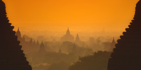 De oude pagodes van de Old Bagan (Myanmar) tegen de zonsopgang.