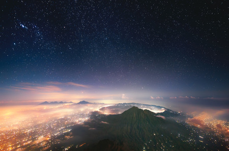 Slapende vulkaan. Indonesië, Bali, Mening van Batur vulkaan 1717 m van de piek van Agung 3142 m.