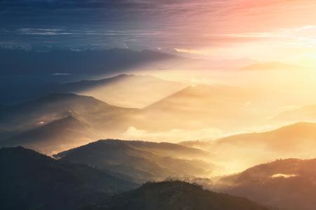 Wanneer een Night Becomes a Day. Prachtige heuvels helverlichte tijdens de sunrise.