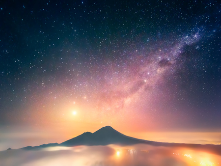 Fosfor Venus over de slapende vulkaan. Indonesië, Bali, Mening van Batur vulkaan 1717 m. Stockfoto