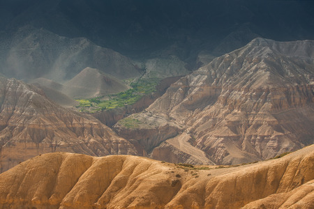 Terra incognita. Sandy Hügel mit einem schönen grünen Dorf unter ihnen versteckt. Standard-Bild - 51739820