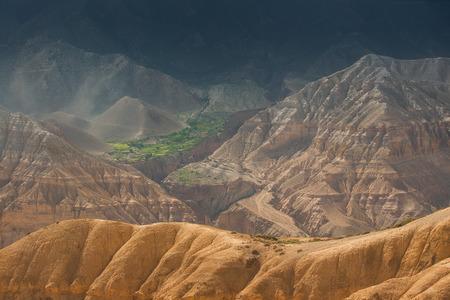 Terra incognita. Sandy heuvels met een mooi groen dorp verborgen onder hen.