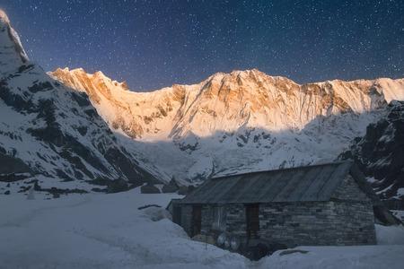 Annapurna I 8091 m in het licht van de opkomende volle maan. Nepal, Annapurna regio, veroverd op de Annapurna Base Camp 4130 m. Stockfoto