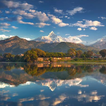 壮大な山脈のふもと、湖畔からパノラマの景色。