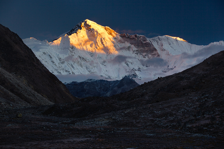 De godin van Turquoise.Nepal, Himalaya, Sagarmatha National Park, uitzicht op Cho Oyu (8,201 m) van het dorp Gokyo (4.970 m