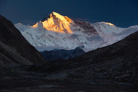 Gokyo 村 (4,970 m からチョ ・ オユー (8,201 m) の女神の Turquoise.Nepal、ヒマラヤ、サガルマータ国立公園を表示します。 写真素材