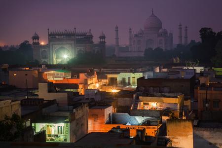 In de schaduw van de eindeloze schoonheid van Taj Mahal. Stockfoto