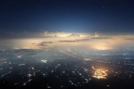 Indonesië, Bali eiland gevangen uit de top van Agung vulkaan (3.142 m) in de nacht. Stockfoto