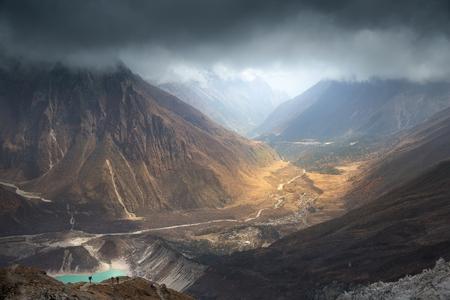 Nepal, Manaslu gebied, uitzicht op de vallei van de Buri Gandaki rivier met Birendra meer (3.450 m) en het dorp Samagaon (3.530 m) op weg naar het Manaslu basiskamp (4.850 m). Stockfoto - 82857583