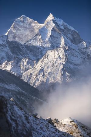 ネパール、エベレスト地域カンテガ ピーク (6,782 m) 運営村 (4,371 m) 近くの丘からの眺め。