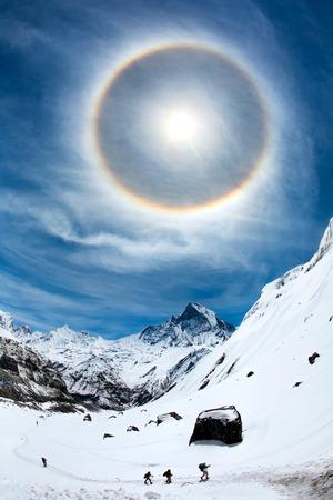 ハロー ヒマラヤの青い空に太陽の周り表示されます。ネパール、アンナプルナ地域、アンナプルナ ベース キャンプ (4,130 m)。 写真素材