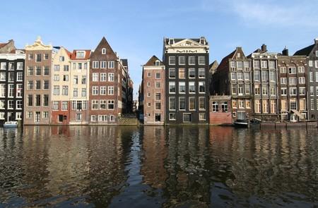 house gables: Canal de casas y de sus reflexiones en Amsterdam Foto de archivo