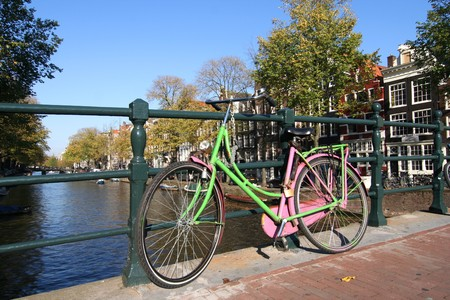 Kleurrijke fiets op een Amsterdamse brug