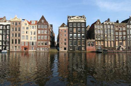 Grachtenpanden en hun reflecties in Amsterdam