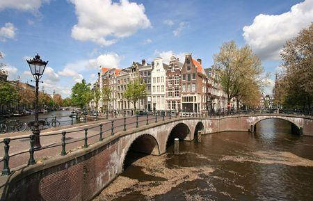 Amsterdamse grachten en bruggen Stockfoto