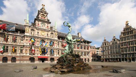 house gables: Lugar de mercado de Antwerp con el Ayuntamiento y la famosa estatua y la fuente por Brabo