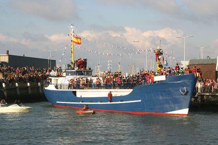 Santa Claus binnenkomt in Nederland door boot Stockfoto
