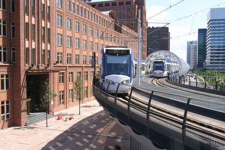 Nieuwbouw verhoogde tram rails in Den Haag, Nederland