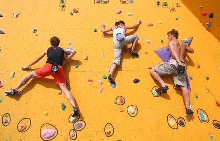 SCHEVENINGEN, HOLLAND - AUGUST 30, 2008: Annual Bouldering Competition on Scheveningen beach. Participants climbing artificial rock face. Redactioneel