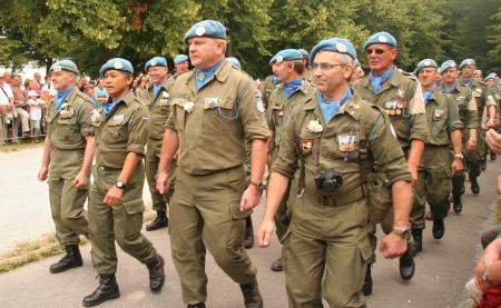 boinas: LA haya, Holanda - el 26 de junio: Veteranos de las Naciones Unidas la paz misiones en el desfile anual en el d�a de los veteranos en el 26 de junio de 2010 en la haya, Holanda.