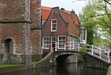 delft: Little house at a canal in Delft, Holland