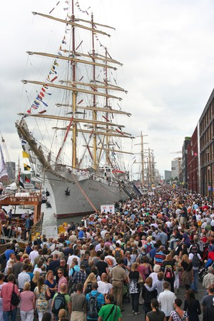 AMSTERDAM, AUGUST 19, 2010: Crowds on the quay admire the tall ships at Sail 2010 in Amsterdam, Holland on august 19, 2010 Stock Photo - 7659987
