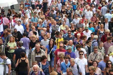 AMSTERDAM, 19 août 2010 : La foule sur le quai, visitez le tall navires à voile 2010 à Amsterdam, Pays-Bas le 19 août, 2010