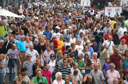 AMSTERDAM, 19 augustus 2010: Drukte op de kade bezoek de tall in Sail 2010 in Amsterdam, Holland op augustus 19 schepen, 2010