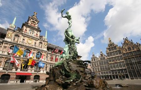Antwerpen-markt met het stad huis, de huizen en de beroemde standbeeld en de fontein door Brabo