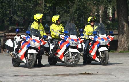 Den Haag, HOLLAND - 21 SEPTEMBER 2010: Politie agenten op motoren kijken naar de menigte in het Parlement op Prinsjes dag (jaarlijkse presentatie van regerings beleid aan het Parlement door de koningin) in Den Haag, Nederland op 21 september  Redactioneel