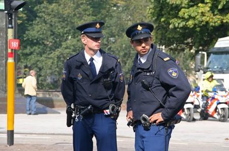 Den Haag, HOLLAND - 21 SEPTEMBER 2010: Jonge politie kijken naar de menigte in het Parlement op Prinsjes dag (jaarlijkse presentatie van regerings beleid aan het Parlement door de koningin) in Den Haag, Nederland op 21 september
