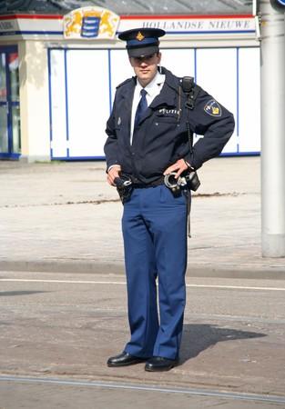 Den Haag, HOLLAND - 21 SEPTEMBER 2010: Jonge politie officier kijken naar de menigte in het Parlement op Prinsjes dag (jaarlijkse presentatie van regerings beleid aan het Parlement door de koningin) in Den Haag, Nederland op 21 september