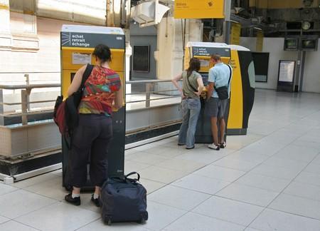 Kopen van reizigers trein tickets van een machine Redactioneel