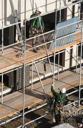 andamio: Dos trabajadores de la construcci�n la creaci�n de un andamio en un sitio de construcci�n en la haya, Holanda. Fotograf�a tomada el 16 de febrero. 2007  Editorial