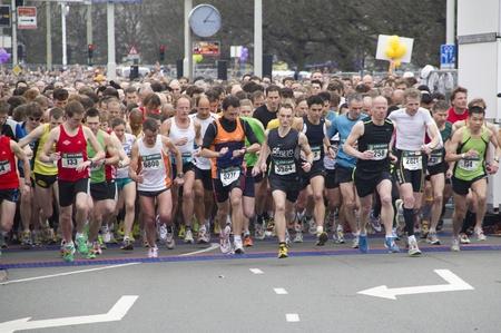 DEN HAAG, HOLLAND - 13 maart 2011: Lopers aan het begin van de halve marathon van Den Haag, Nederland op 13 maart 2011