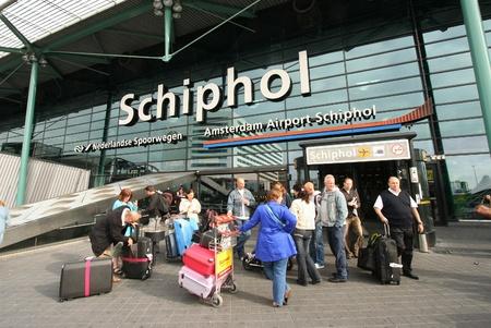 Reizigers voor de ingang van de luchthaven Schiphol in Amsterdam, Nederland. Foto genomen op 25 September 2009