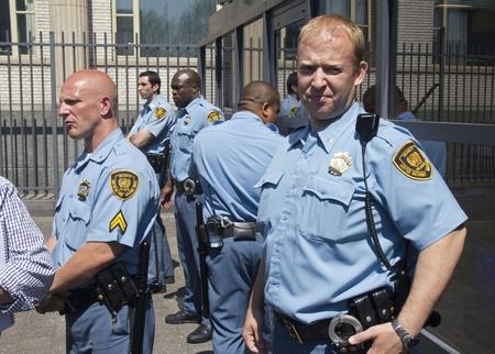 Den Haag, Nederland - 3 juni 2011: VN-bewakers aan de poort van het Joegoslavië Tribunaal in Den Haag, waar de Servische ex-generaal Mladic wordt vervolgd