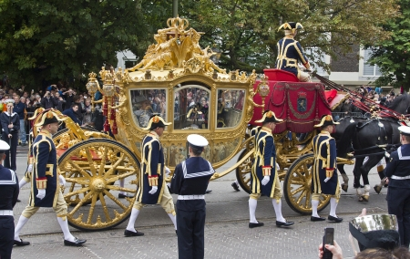 THE HAGUE, HOLLAND - SEPTEMBER 19: Golden Coach with Queen Beatrix on Prinsjesdag (annual presentation of Government Policy to Parliament by the Queen) in The Hague, Holland on september 19, 2010 報道画像